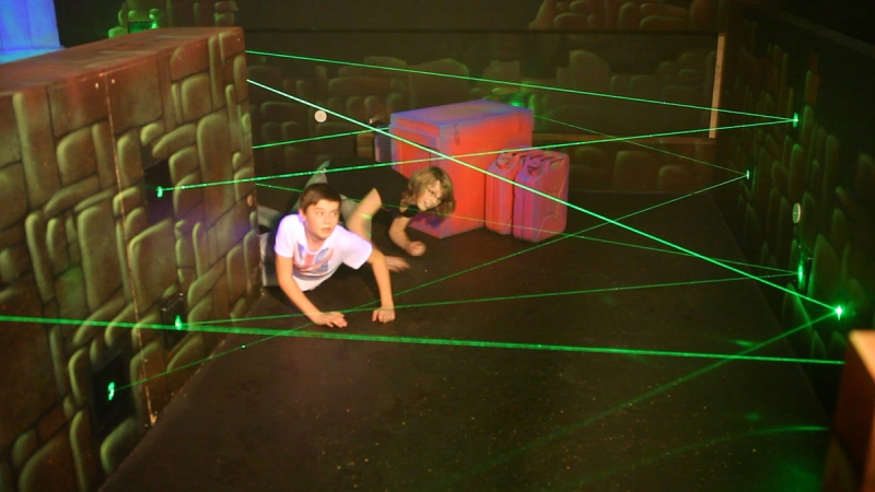 Ga zo snel mogelijk door de gang zonder een laserstraal te raken